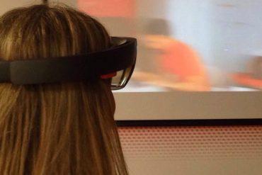 Susana García (SUGARCODE) probando las gafas Realidad Virtual HoloLens de Microsoft